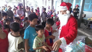 Candidate plays Santa Claus for children